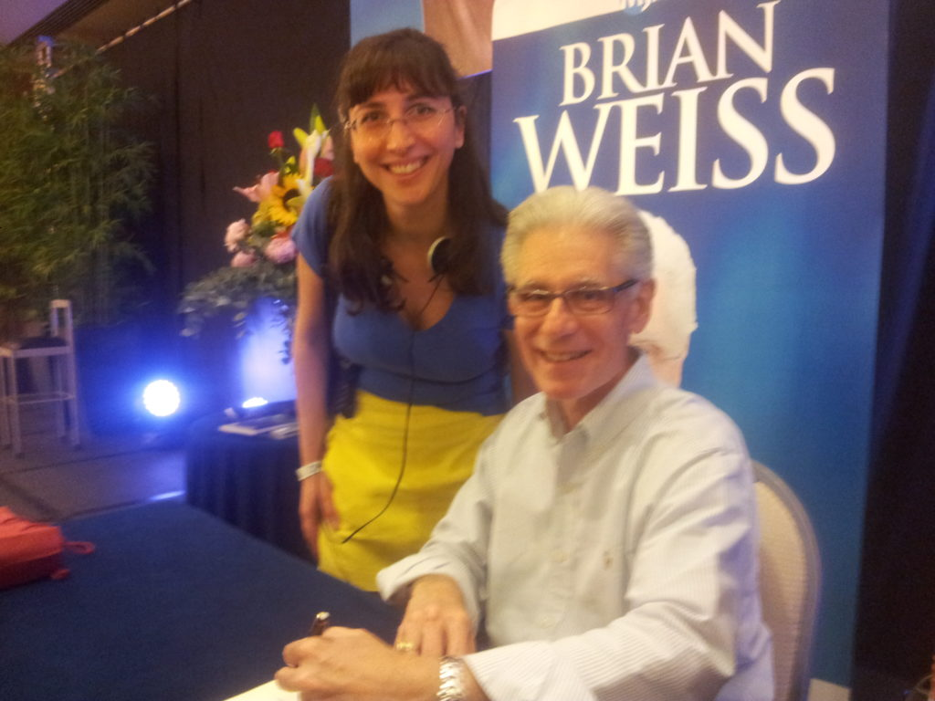Dott. Brian Weiss autografa il libro di Elisa Staderini su uno sfondo blu