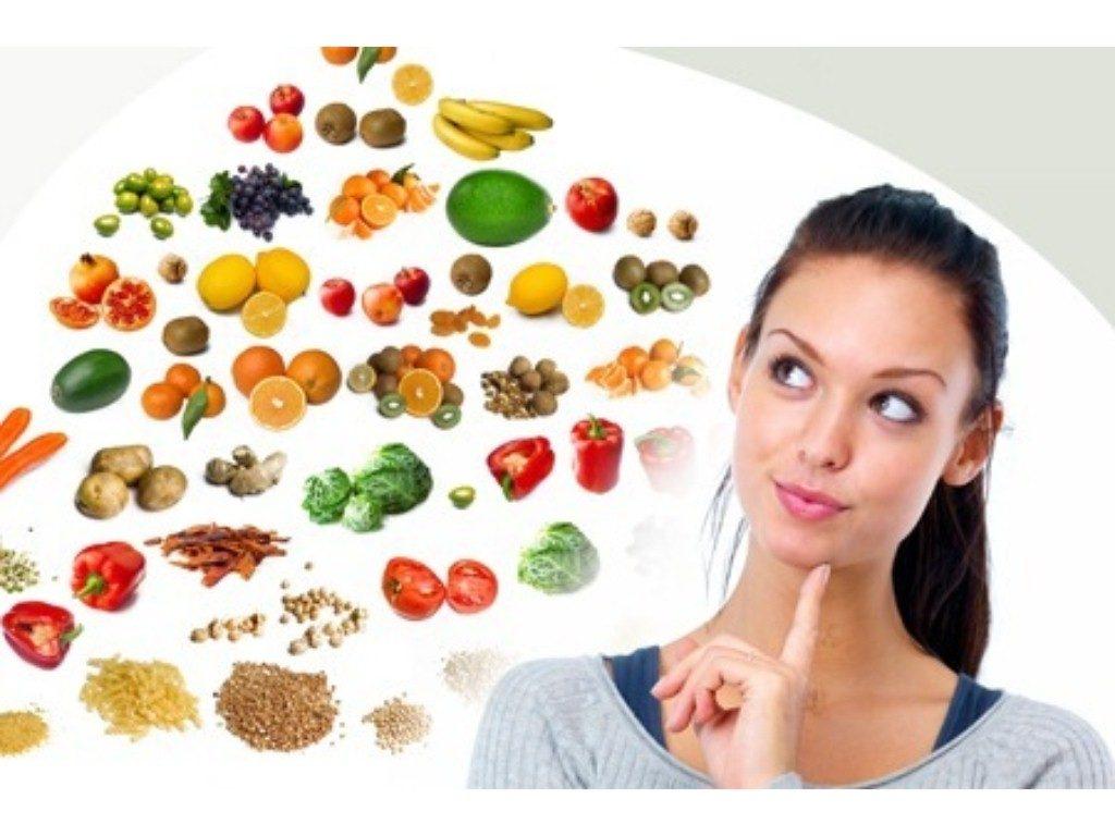 una donna si chiede quali sono i cibi migliori per la sua alimentazione