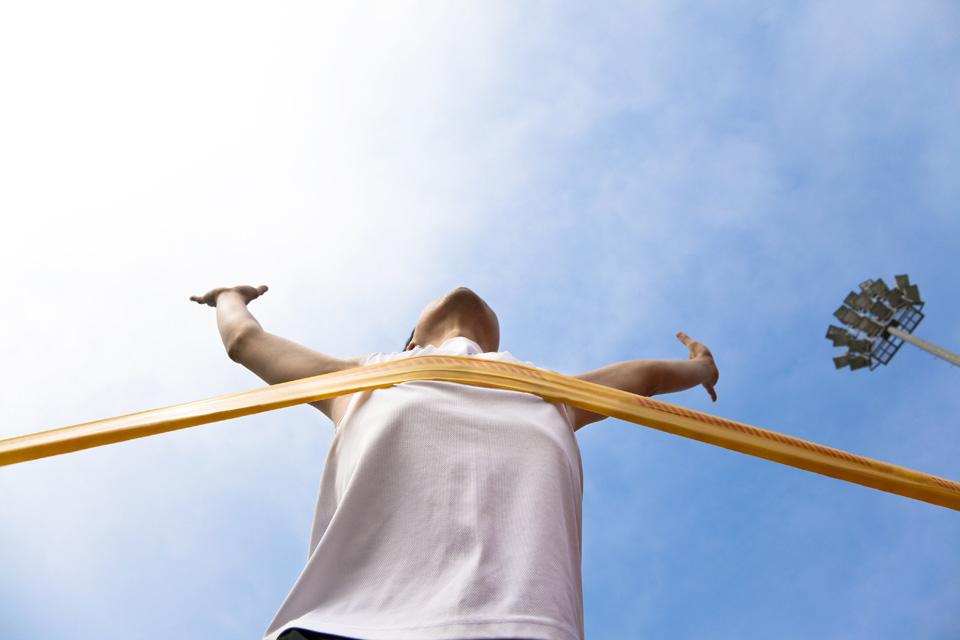 un'atleta raggiunge il traguardo