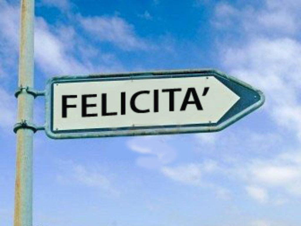 un cartello a freccia che indica la felcitià su sfondo azzurro cielo