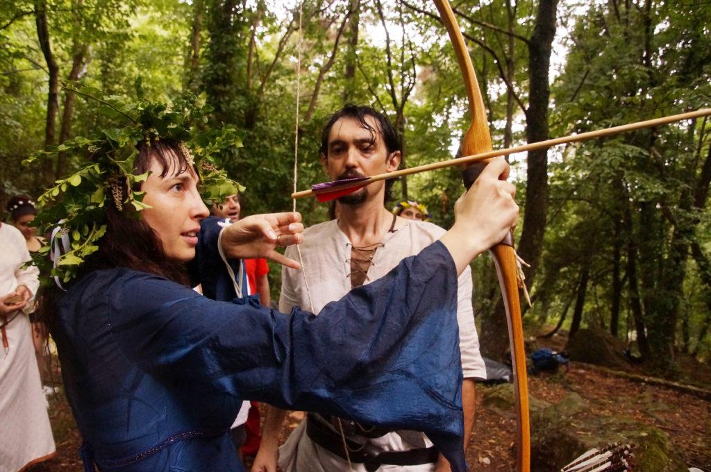 la sposa scocca una freccia. rinnovo dei voti in stile celtico
