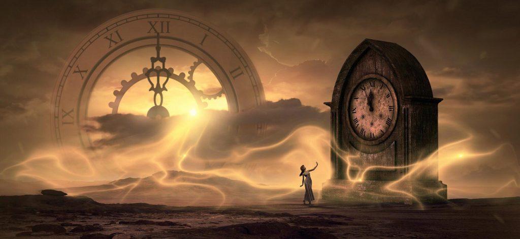 due orologi antichi su uno sfondo ocra e marrone con un primo piano onde energetiche giallo dorate