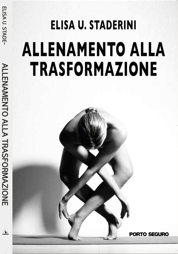 copertina del libro Allenamento alla Trasformazione di Elisa Staderini. Foto in bianco e nero di una donna piegata in avanti con braccia e mani incrociate