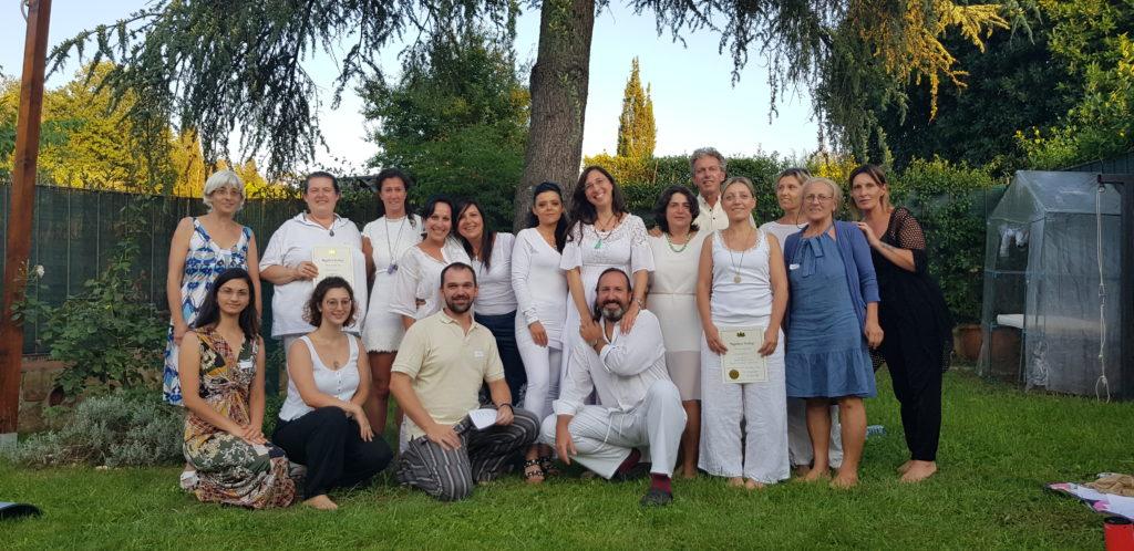 un gruppo di persone su due file, la maggior parte vestite di bianco su un prato verde