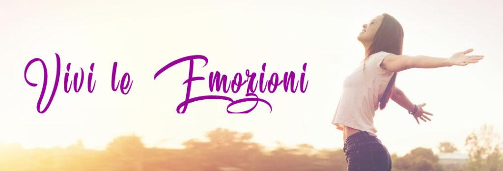 una donna a braccia aperte e petto in fuori sorride di fronte alla scritta vivi le emozioni