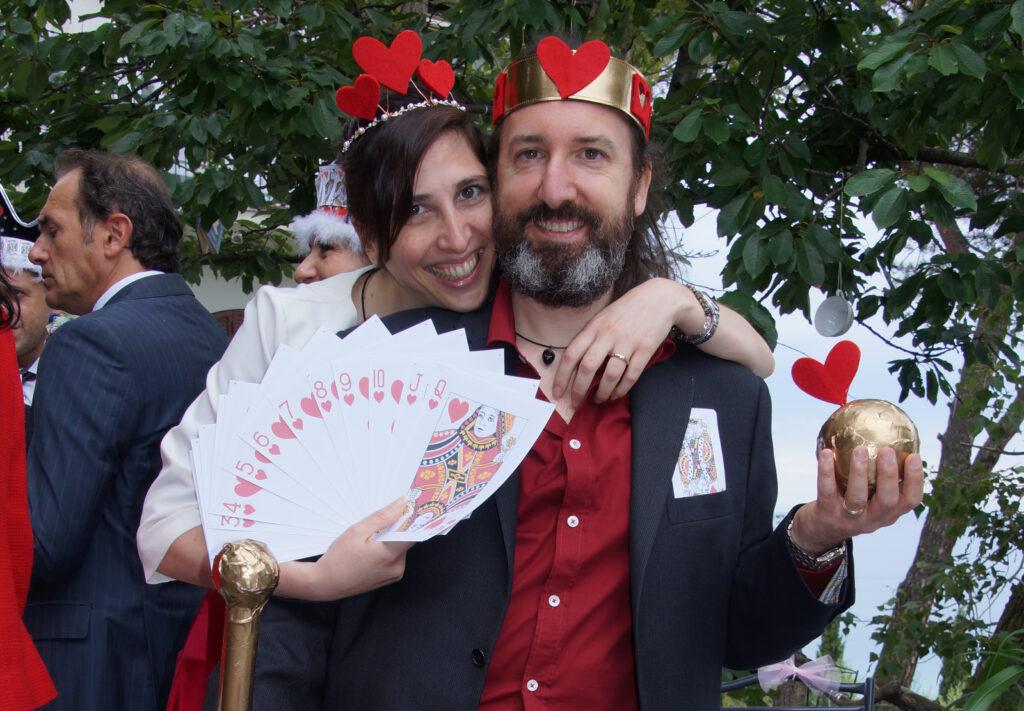 elisa e Jacopo vestiti come re e regina di cuori