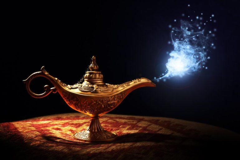 la lampada del genio con una luce azzurro bianca che esce dalla lampada su sfondo nero