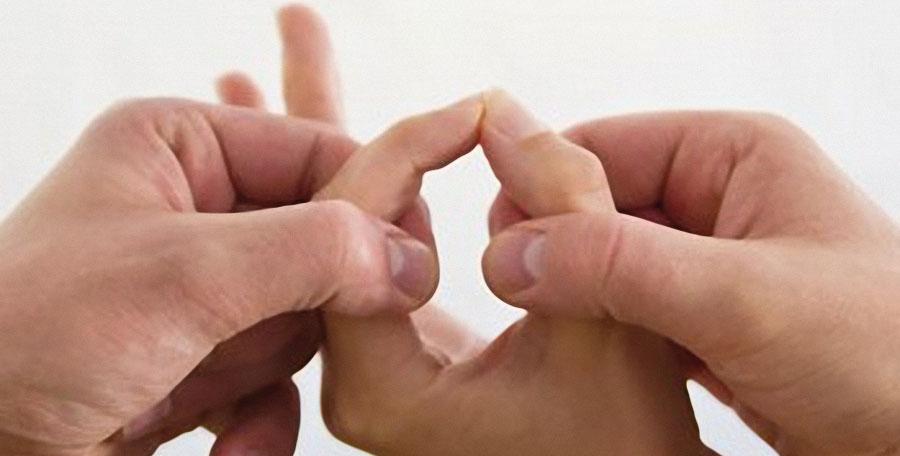 due mani tentano di aprire l'anello creato da indice e pollice chiusi di una terza mano