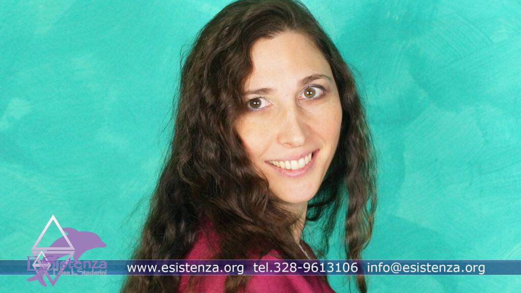 Elisa k Staderini in primo piano su sfondo verde