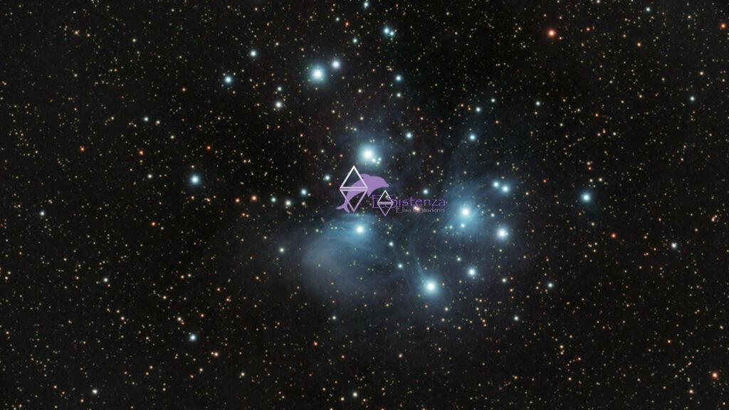 cielo stellato con al centro le pleiadi e il logo di ESistenza