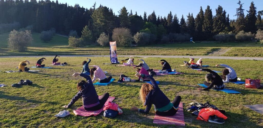 Lezione di Yoga sul prato