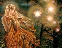 una ragazza nel bosco e tante fate luminose